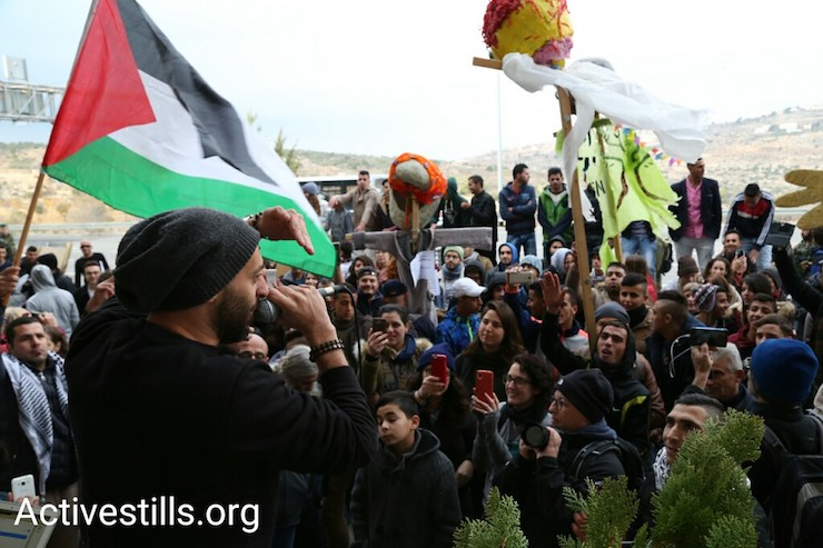 תאמר נפאר מול הקהל בהופעה לציון שנה של מחאה פלסטינית-ישראלית משותפת במחסום המנהרות (קרן מנור / אקטיבסטילס)