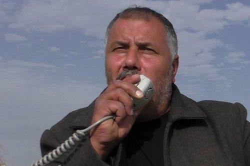 מוחמד אבו חומוס, אחד ממובילי המאבק הלא אלים בירושלים המזרחית, בפוזה אופיינית חמוש במגפון הפגנה בעיסאוויה. (צילום: גיא בוטביה)