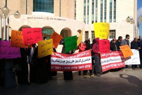 מאות תושבי אל-זרנוג הפגינו במחאה על הכוונה להעביר אותם בכפיה לרהט