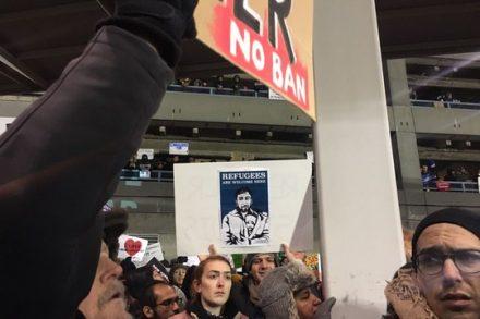"""""""לשחרר את הפליטים"""". מפגינים בשדה התעופה JFK בניו יורק. (צילום:עדנה בונהום)"""