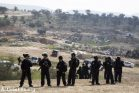 שוטרים חמושים מכף רגל ועד ראש, כולל בנשק חם, בהריסת אום אל חיראן (קרן מנור/אקטיבסטילס)