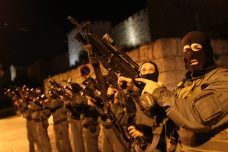 """כוחות יס""""מ רעולי פנים ליד העיר העתיקה (נתי שוחט / פלאש90)"""