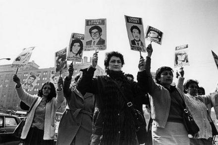 נשים מפגינות בדרישה למצוא את קרוביהן שנעלמו מול ארמון הממשלה בתקופת המשטר הצבאי של פינושה בצ'ילה (צילום: Kena Lorenzini ויקימדיה)