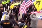 """פעילי """"הליגה להגנה יהודית"""" תןקפים את כמאל נאיפה, גבר פלסטיני-אמריקאי, במוטות של דגלי """"כך"""", ובעיטות. נאיפה נזקק לטיפול רפואי ול-18 תפרים בעינו. (צילום מסך)"""