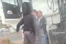 צפו: שוטר בועט ומכה נהג משאית בירושלים המזרחית