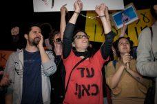 """אנשי תאגיד השידור הציבורי """"כאן"""" מפגינים נגד הדיל בין נתניהו לכחלון שמכר את חופש העיתונות. תל אביב 1 באפריל 2017 (תןמר נויברג/פלאש90)"""