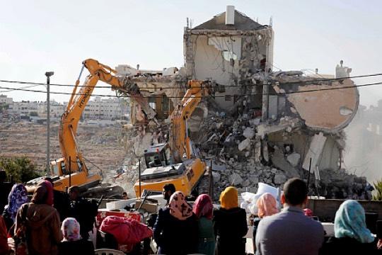 בולדוזרים של עיריית ירושלים הורסים בניין מגורים של משפחה שלמה בבית חנינה, מזרח ירושלים (סלימאן חדר/ פלאש90)