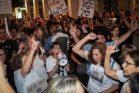 """כשלוש מאות מפגינים במשמרת מחאה בקרבת ביתו של היועמ""""ש במחאה על ששחיתות מערכת החוק (צילום: רועי אלימה/פלאש90)"""