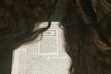 פאות נשים יחד עם הגמרא בשיעור לנשים בירושלים