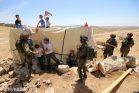 """פעילים מנסים למנוע מחיילים לפרק את אחד מאוהלי המאחז במהלך הפלישה השניה של הצבא למקום. """"צומוד, מחנה החירות"""". הכפר סארורה הגדה המערבית, 25 במאי 2017 (צילום: אחמד אל-באז אקטיבסטילס)"""