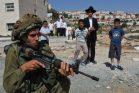 נבוכים מול המיליטריזם הישראלי. ילדים חרדים מול חייל בהתנחלות החרדית ביתר עילית (צילום: נתי שוחט, פלאש90)