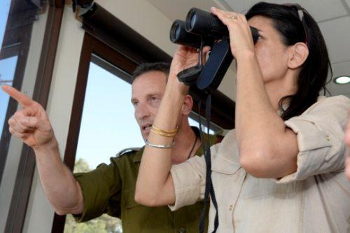 """ניקי היילי משקיפה על עזה, כשלצידה סגן הרמטכ""""ל האלוף אביב כוכבי ושגריר ישראל באו""""ם דני דנון (צילום: Matty Stern, פלאש90)"""