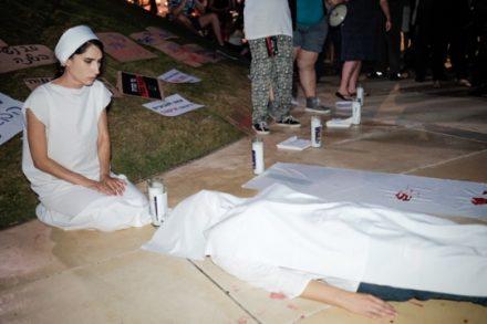 מיצג מחאה בהפגנה בתל אביב נגד רצח נשים הערב (צילום: תומר נויברג, פלאש90)