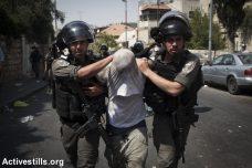 """שוטרי מג""""ב עוצרים פלסטיני במזרח ירושלים במסגרת העימותים סביב הר הבית (אורן זיו / אקטיבסטילס)"""
