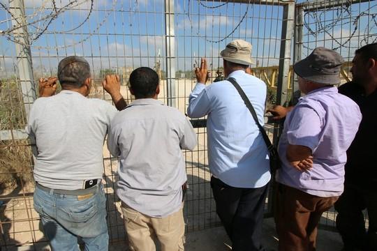חקלאים פלסטינים מהכפרים דיר אל ר'וסון ועתיל בנפת טולכרם מפגינים לפני מחסום 623, בדרישה לפתוח אותו ולאפשר להם לעבד את אדמותיהם באופן סדיר. 9 ביולי 2017 (אחמד אל-באז/אקטיבסטילס)