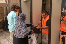 כמה עשרות בודדים הסכימו לעבור דרך גלאי המתכות בדרך לתפילה במסגד אל-אקצא. (דוברות המשטרה)