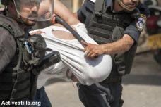 שוטרי מג״ב מובלים צעיר פלסטיני, לאחר שמסתערבים עצרו אותו ואחרים בסיום תפילת יום השישי בוואדי ג׳וז 21.7