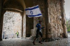 """מרתון התנ""""ך: לרוץ בשבילי האפרטהייד כל הדרך אל הפייק היסטוריה"""