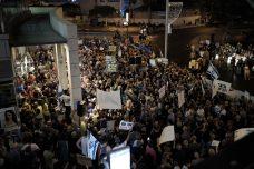 האם לבית הדין הגבוה לצדק יש בעיה עם מאבק בשחיתות? כל סופש אצל היועמש. אלפים מפגינים בפתח תקווה נגד נתניהו ומנדלבליט (צילום: תומר נויברג, פלאש90)