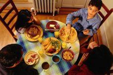 ארוחה משפחתית חשובה הרבה יותר מספרי לימוד