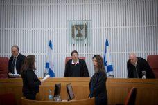"""שופטי בג""""ץ לפני הדיון בנוגע להפגנות השבועיות נגד השחיתות מול בית היועמ""""ש בפתח תקווה (יונתן זינדל/פלאש90)"""