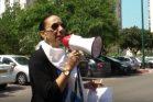 אושרה אסף בהפגנה מול ביתו של יאיר לפיד (צילום מסך מתוך יוטיוב)