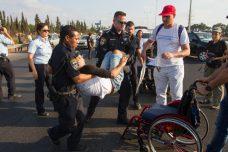 שנה וקללותיה: שוטרים מפנים מפגין על כיסא גלגלים (פלאש90)