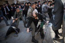 המשטרה כבר לא יודעת איך לדבר עם מפגינים. שוטרים מפנים בכוח מפגינים חרדים בירושלים (צילום: ינותן סינדל / פלאש 90)