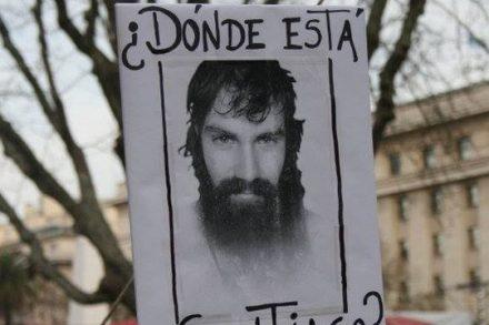 """""""איפה אתה סנטיאגו?"""" שלט בהפגנה בבואנוס איירס (Carina En Sanderloz)"""