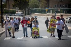 מאבק הנכים. חוסמים כביש בירושלים (יונתן זינדל / פלאש90)