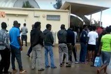 תורים ארוכים למים בכניסה לקנטינה בכלא חולות ביום חמישי האחרון. ברי המזל הצליחו לצאת עם בקבוקי מים בידיהם (חדשות מחולות)