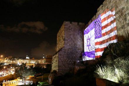 """דגלי ישראל וארה""""ב צמודים על חומת העיר העתיקה בירושלים, אחרי הכרזתו של הנשיא טראמפ. 6 בדצמבר 2017 (אורן זיו / אקטיבסטילס)"""