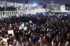 """אלפים ב""""צעדת הבושה"""" בתל אביב נגד שחיתות שלטונית (תומר נויברג / פלאש 90)"""