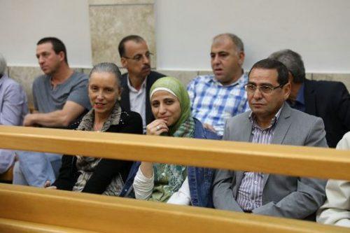 הדיון בבית המשפט בעניינה של המשוררת דארין טאטור. בתמונה: טאטור יחד עם בני משפחתה, ממתינים להחלטת השופט (צילום: אורן זיו, אקטיבסטילס)