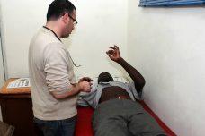 מבקש מקלט חסר מעמד וזכויות מקבל טיפול רפואי במרפאת רופאים לזכויות אדם ביפו (צילום: יהודית אילני)