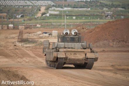 כוחות משוריינים מתכוננים לקראת המפגינים הפלסטינים. 30 במרץ 2018, אזור ניר עם (צילום: אורן זיו / אקטיבסטילס)