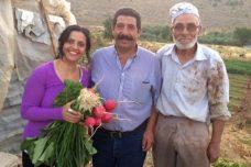 ויויאן סנסור עם שני חקלאים שמשתתפים בתוכניות של ספריית זרעי המורשת של פלסטין (הצילום באדיבות ויויאן סנסור)