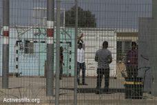 """ביום סגירת מתקן """"חולות"""": המדינה הודיעה על הקפאת גירוש הפליטים"""