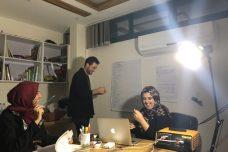 """מג'ד אל-משהראווי (מימין) משתמשת ב""""סאן בוקס"""" במשרד שלה כדי להפעיל מנורה ומחשב (צילום באדיבות """"אנחנו לא מספרים"""")"""