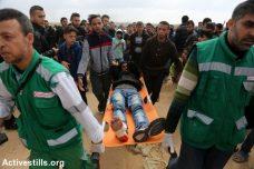 מפגין פצוע מפונה על ידי אנשי רפואה מאזור הגבול. 30 במרץ 2018, צעדת השיבה גבול עזה. (מוחמד זאנון / אקטיבסטילס)
