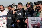 עיתונאים פלסטינים מוחים בגבול עזה בעקבות הריגתו של צלם העיתונות יאסר מורתג'א ופציעתם של עיתונאים אחרים. 8 באפריל 2018. (צילום: עבד רחים ח'טיב / פלאש 90)