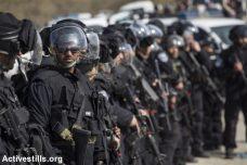כוחות משטרה רבים בזמן הריסות בתים באום אל חיראן, ינואר 2017 (פאיז אבו רמילה/ אקטיבסטילס)