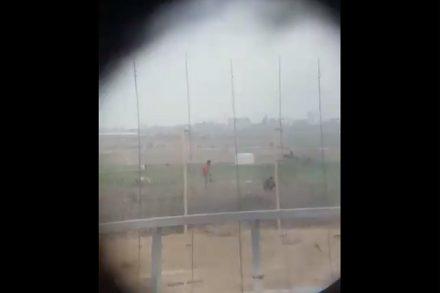 אובייקטים דמוניים שרואים רק דרך כוונות. חיילים יורים באדם לא חמוש ליד הגדר וצוהלים. (צילום מסך מתוך הסרטון שפורסם ברשתות החברתיות)