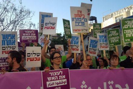 חמש מאות מפגיני שמאל מול מצודת זאב בתל אביב, במחאה על הרג המפגינים בגבול עזה. (צילום: יניב שחם, שלום עכשיו)