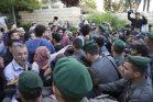 """שוטרים דוחקים ודוחפים את המפגינים במחאה מול שגרירות ארה""""ב בירושלים (אורן זיו / אקטיבסטילס)"""