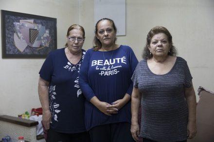 """""""ההרגשה היתה שכולם נגדנו"""". תושבות גבעת עמל. משמאל: רחל לוי, ביתה חני ולבנה רצבי (צילום: אורן זיו / אקטיבסטילס)"""