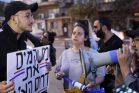 דרור מזרחי מול שפי פז בהפגנה נגד התחנה המרכזית. (אורן זיו /אקטיבסטילס)