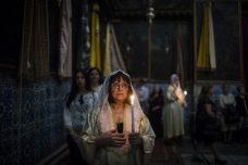 מתפללותבכנסיית סיינט ג'יימס ברובע הארמני בעיר העתיקה בירושלים. יום השנה ה-101 לרצח עם הארמני. (תמונה של הדס פרוש /פלאש90)