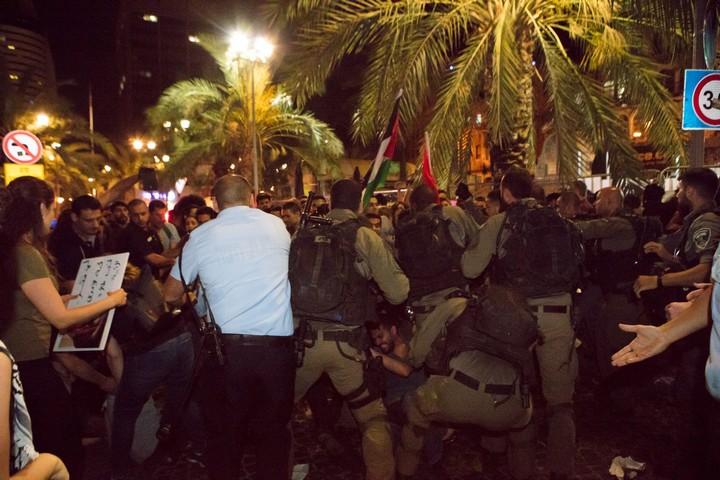 שטרים מתנפלים על המפגינים בחיפה, ב-18 במאי 2018 (צילום: נדין נאשף)