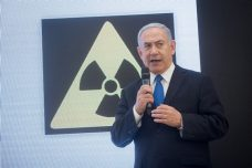ראש הממשלה נתניהו במהלך מסיבת העיתונאים בה חשף קלסרים ומסמכים שמעידים לטענתו שאיראן שיקרה לגבי תוכנית הגרעין שלה. (מרים אלסטר / פלאש 90)